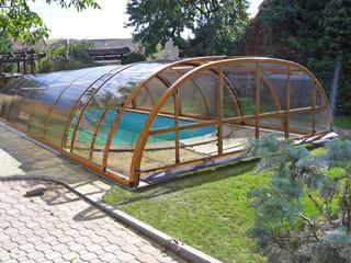 Zasuwane zadaszenie basenowe TROPEA chroni Twój basen przed zanieczyszczeniami - imitacja drewna