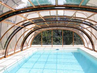 Zadaszenie basenowe TROPEA wykonane przez Alukov - kolor imitacji drewna