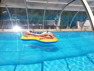 Widok spod zadaszenia basenowego TROPEA