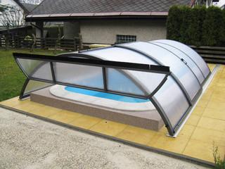 Niskie zadaszenie basenowe UNIVERSE NEO z antracytową ramą i złożoną przednią ścianą