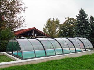 Ciemny kolor używany w konstrukcji zadaszenia basenowego UNIVERSE