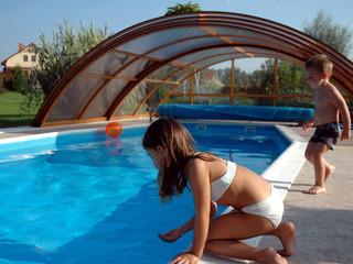 Zasuwane zadaszeni basenowe UNIVERSE z konstrukcją w kolerze drewna