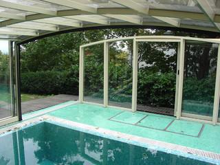 Zadaszenie basenowe VISION wykonane przez Alukov jest zasuwane teleskopicznie