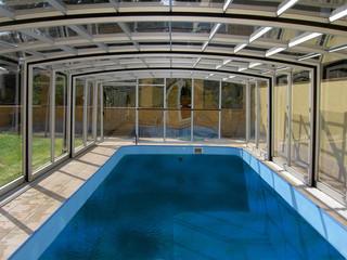 Niskie zadaszenie basenowe VISION™ wykonane przez Alukov