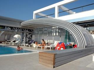 Masywne, wielosegmentowe zasuwane zadaszenie basenowe przeznaczone dla basenów publicznych