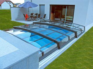 Acoperire piscina Corona conectata cu casa