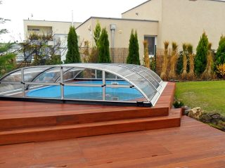 Acoperire piscina Elegant NEO pe pardoseala de lemn