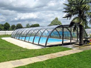 Acoperire piscina TROPEA  poate fi retractata catre partea din fata