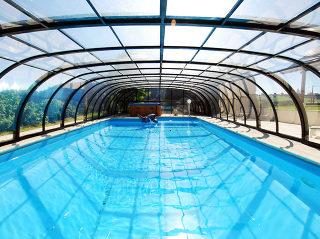 Acoperire retractabila de piscina TROPEA - vedere din interior