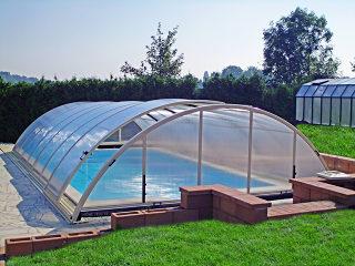 Acoperire piscina UNIVERSE - semi-deschisa cu perete frontal de sine statator