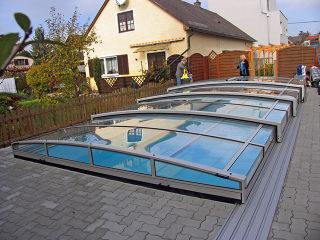 Acoperire retractabila de piscina  VIVA se potriveste pefect in gradina dumneavoastra