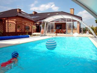 Njut av din pool med Pooltak RAVENA