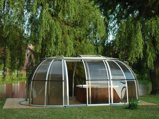Hot tub enclosure SPA SUNHOUSE can also shed your car
