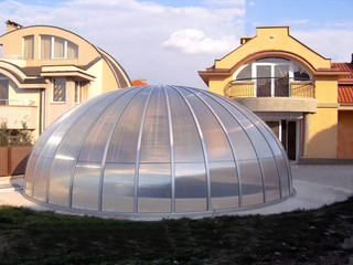 Openable oval pool enclosure ORIENT in the corner of the garden