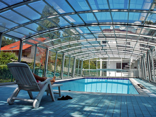 Pool enclosure VENEZIA by Alukov with a family house