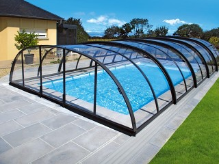Tranpsaretn polycarb looks great on swimming pool enclosure Tropea NEO