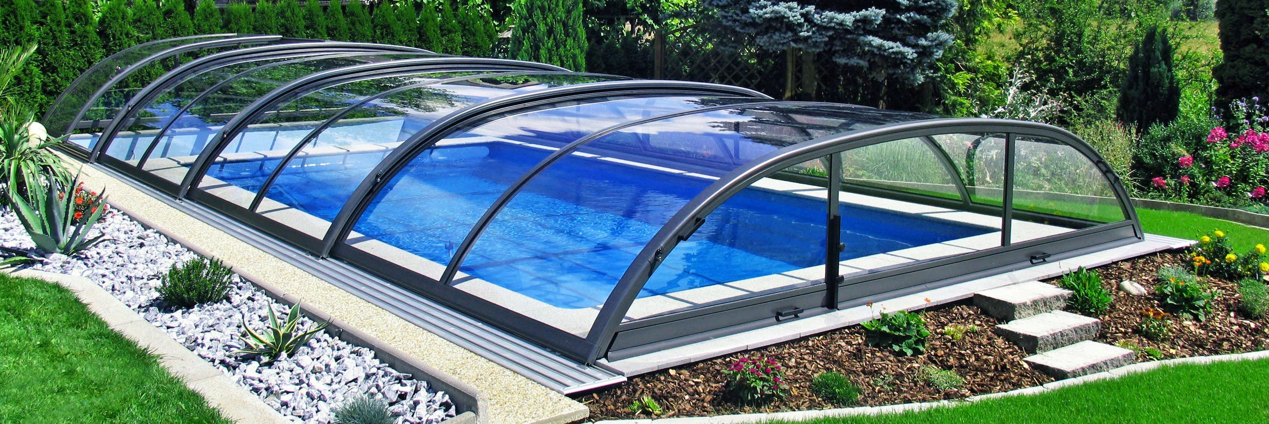 Fully closed retractable pool enclosure Elegant