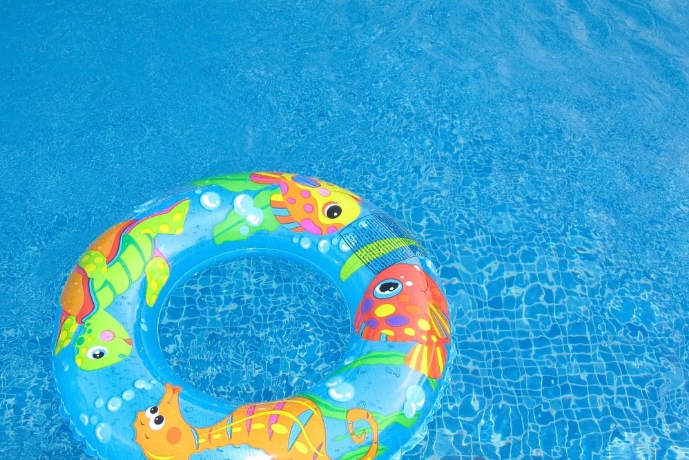 Show your pool some love 5 pool d cor ideas sunrooms for Pool floats design raises questions