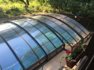Atypical pool enclosure for L-shaped pool