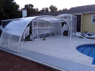 Atypical swimming pool enclosure instalation