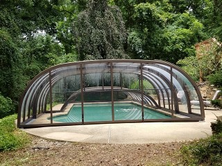 Atypical swimming pool enclosure