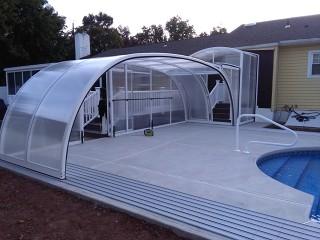 Atypical swimming pool enclosure