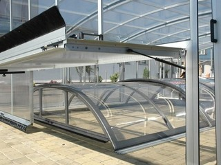 Hydraulic lift-up system for pool enclosures
