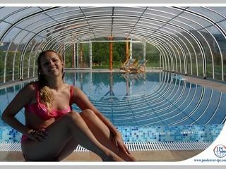 Kids are having fun under the pool enclosure Tropea