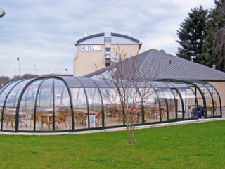 Retractable and spacious enclosure OLYMPIC for restaurants and cafes