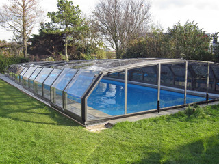 Swimming pool enclosure OCEANIC protects your pool
