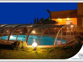 Pool enclosure Tropea at night