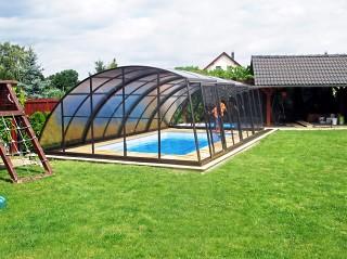Spacious pool enclosure Ravena